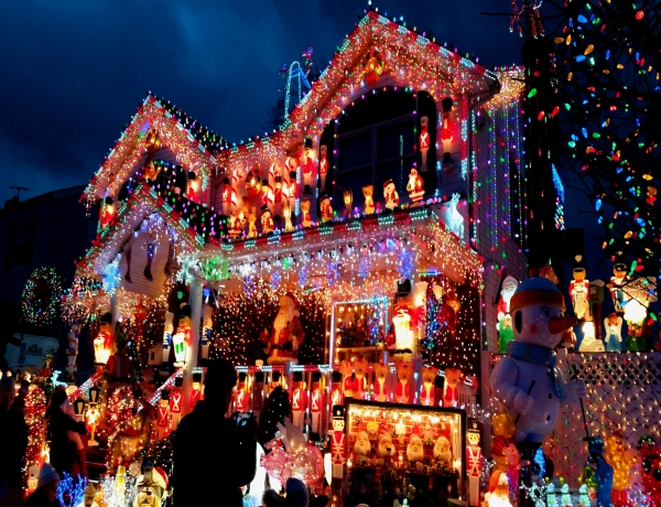6 Best Neighborhoods With Spectacular Holiday Lights In Los Angeles